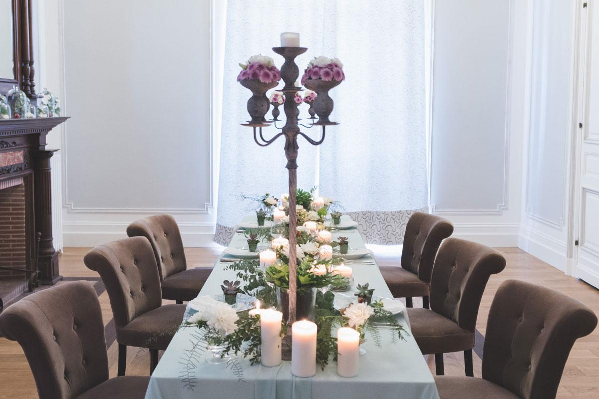 Chandelier fleuri en décoration champêtre de centre de table de mariage en été.