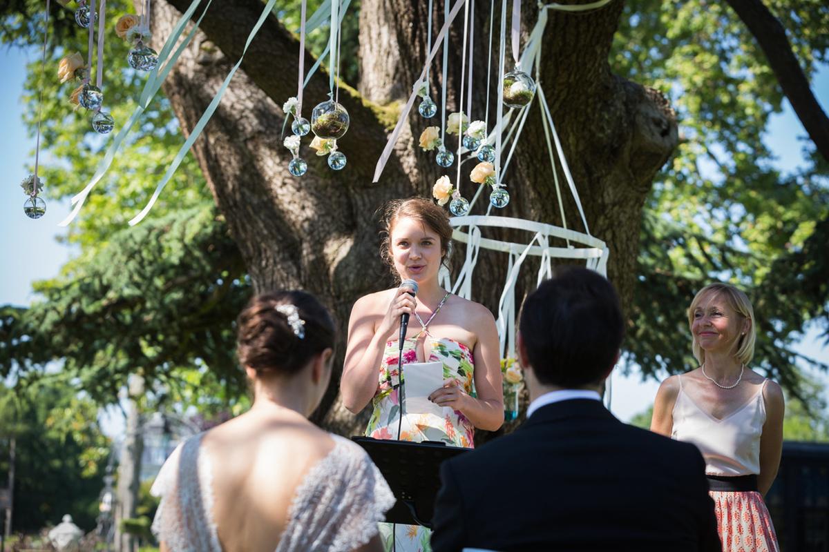 Déco de cérémonie laïque de mariage avec ruban en suspension.