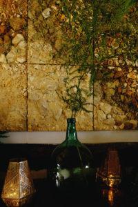 Décoration Bohème Et Vase En Dame Jeanne Avec Fougère Pour Mur Et Plafond.