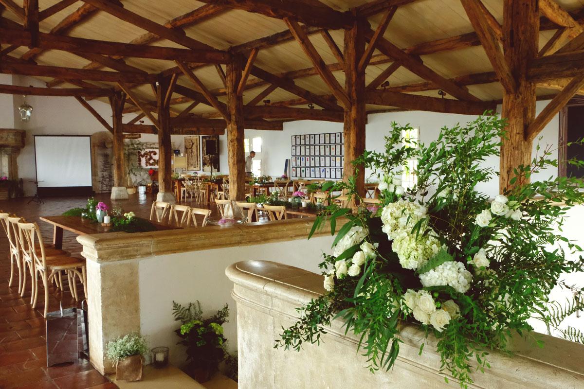 Décoration de buffet et cocktail dinatoire au thème bohème champêtre de salle de réception et table rectangulaire.