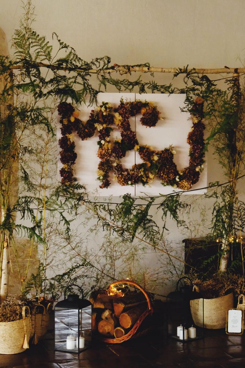 Photobooth de mariage en fleurs séchées et arche de bouleau de déco nature chic.