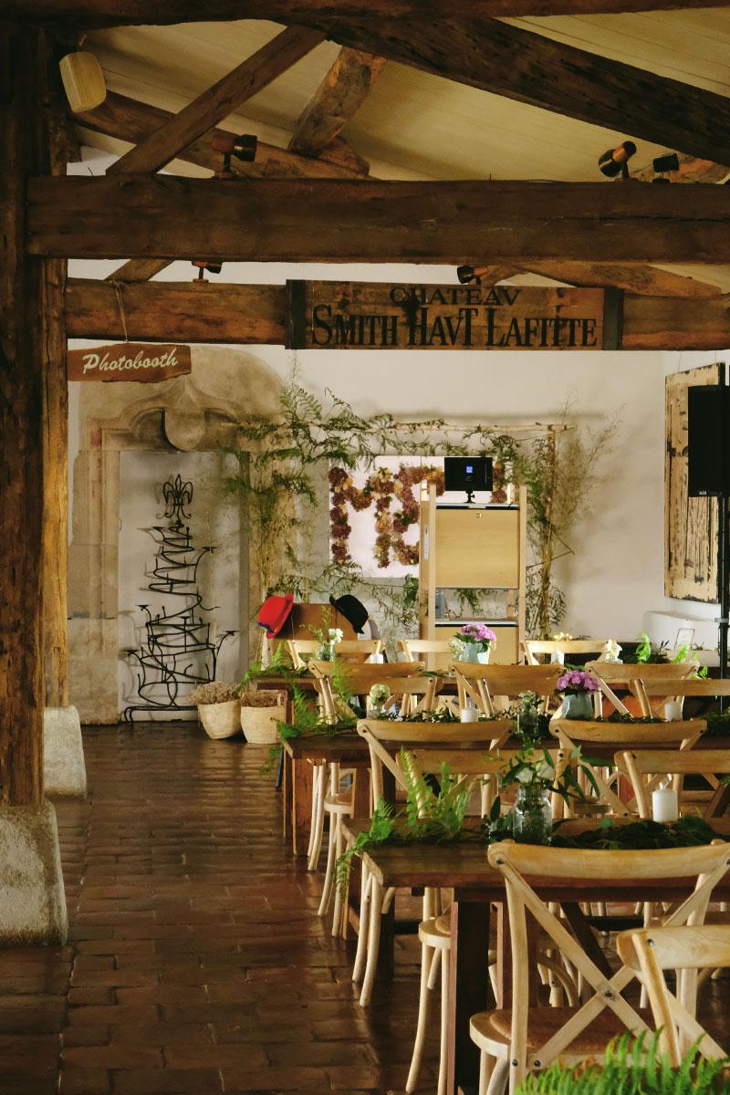 Tables et déco bohème de salle de réception de mariage en Gironde.