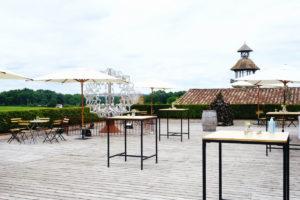 Table Et Mange Debout Sur Terrasse Pour Cocktail De Mariage En Extérieur.
