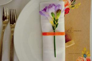 Freesia Et Fleur Violette En Déco De Serviette De Réception De Mariage.