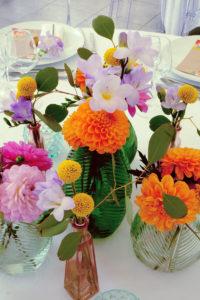 Centre De Table De Mariage Coloré En Fleurs Orange, Rose Et Jaune.