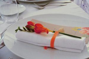 Fleur Orange De Déco De Serviette Avec Ruban.