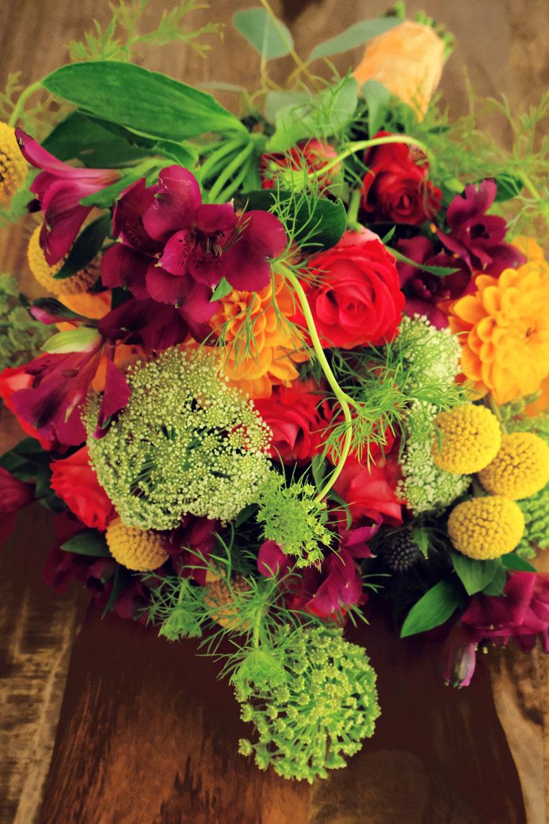 Bouquet de mariée en freesia et plante de visnaga daucoides.