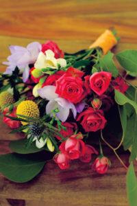 Bouquet De Mariage En Roses, Freesia, Craspédia Et Eucalyptus.