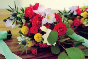Bouquet De Fleurs En Couleurs Chaudes Et Colorées Avec Le Rouge, Violet Parme, Jaune Et Vert Végétal.