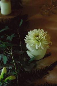 Dahlia Blanc Et Feuillage Bohème De Mariage à La Ferme D'En Chon.