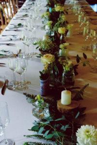 Décoration De Mariage En Feuillage Végétal Et Fleurs Champêtre Lors D'événement à La Ferme D'En Chon.