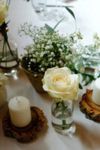 Rose Bohème Et Gypsophile Rustique En Composition Florale De Mariage à La Ferme D'En Chon.