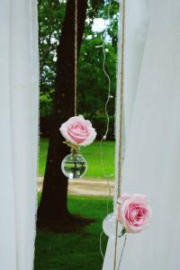 Rose Et Fleur En Suspension Avec Drapé Blanc En Déco Extérieur De Jardin Dans Les Landes.
