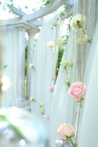 Fleurs Lors De Déco De Mariage Romantique En Extérieur.
