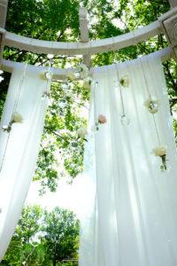 Décoration Avec Arbre Dans Un Jardin Des Landes Pour Mariage Champêtre Et Romantique En Aquitaine.