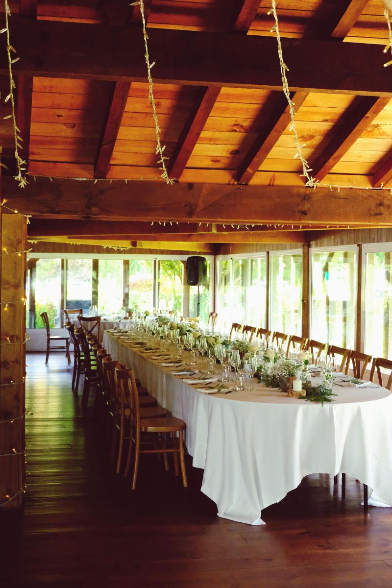 Table d'honneur de réception de mariage dans la grange de la Ferme d'En Chon à Biscarrosse.