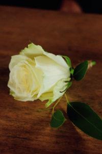 Boutonnière De Rose Blanche En Déco Florale De Mariage à L'ambiance Et Thème Bohème Champêtre.