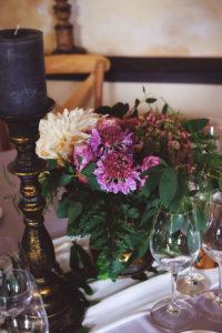 Centre De Table Et Bouquet De Fleurs De Déco Florale De Mariage à L'ambiance Et Thème Bohème Champêtre Nature.