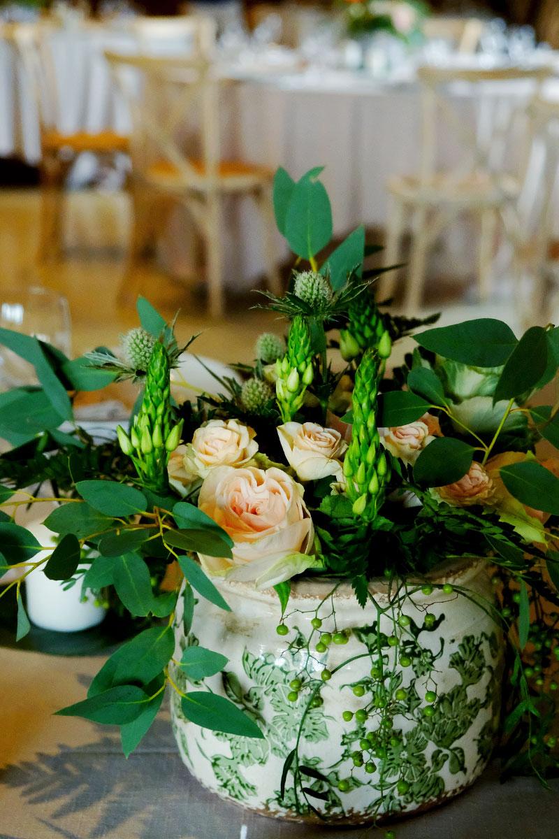 Centre de table de mariage sur le thème champêtre chic et simple.