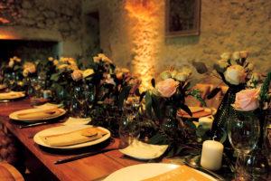 Chemin De Table En Petit Vase De Fleurs Sauvage Et Champêtre.