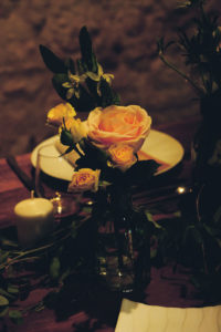 Vase Simple Et Fleur De Rose De Mariage D'été En Giornde.
