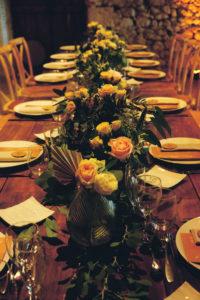 Chemin De Table En Bouquets De Fleurs Chic Et Simple.