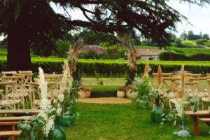Arche De Cérémonie Bohème, Fleurie Et Ronde Dans Le Jardin Du Château Lardier En Gironde.