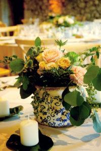 Centre De Table Dans Vase Vintage Et Feuillage D'eucalyptus.