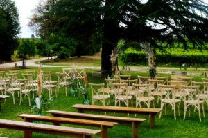 Décoration De Cérémonie Laïque De Mariage Dans Le Jardin Et Extérieur Du Château Lardier à Ruch.