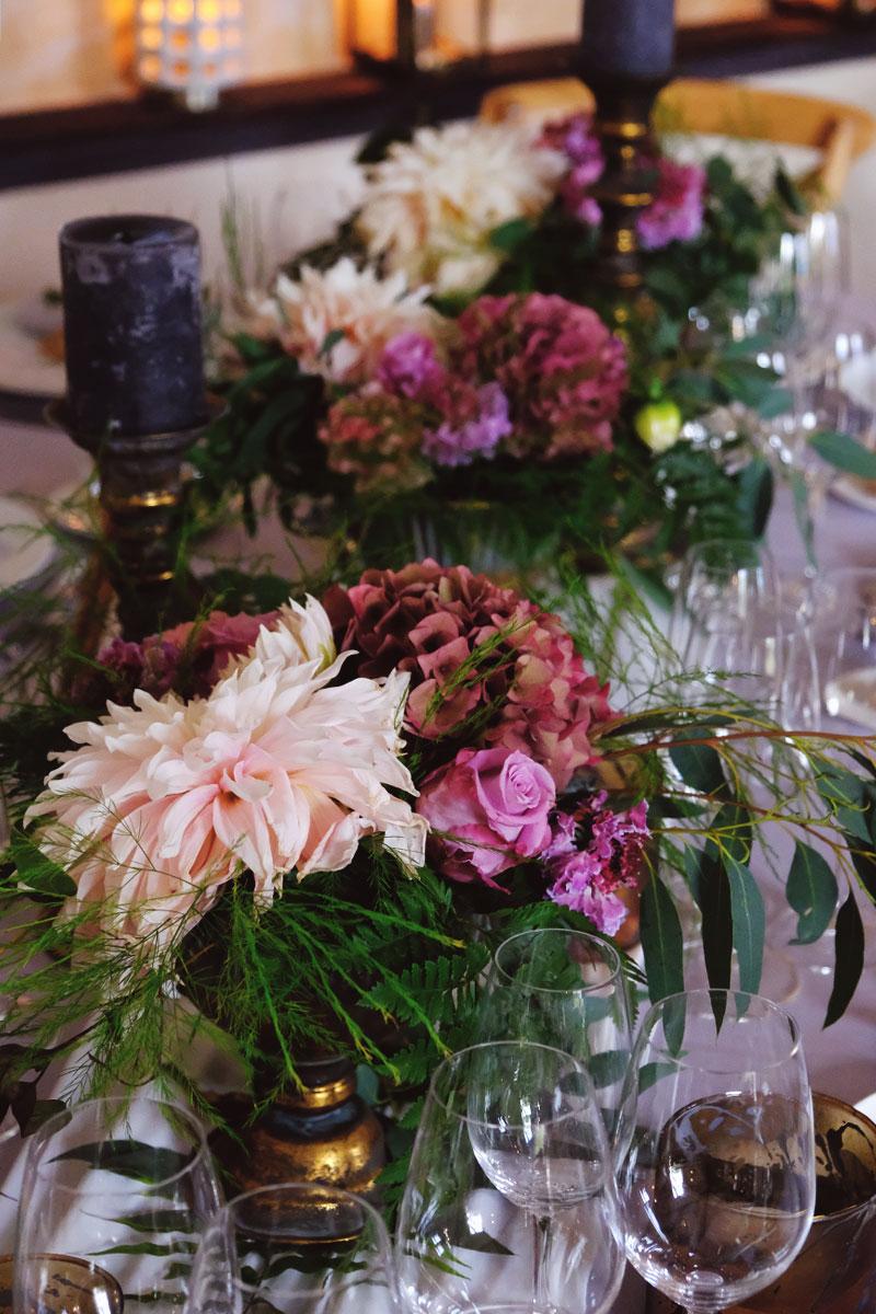 Chemin de table de fleurs fraîches en déco florale de mariage bohème champêtre.