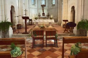 Déco Florale De L'église Et Autel De Mariage Au Thème Bohème Champêtre En Fougère Et Hortensia.