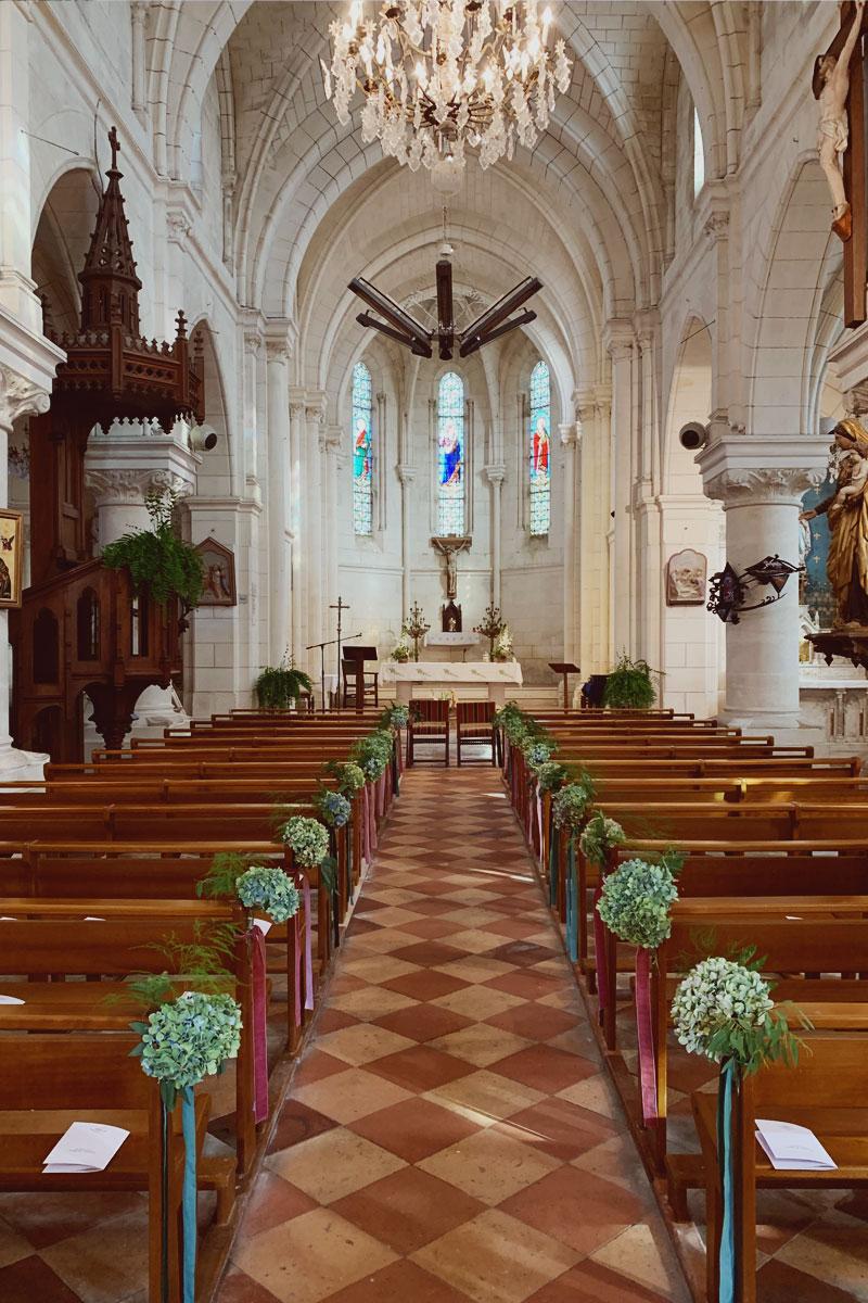 Déco florale de l'église de mariage au bout de banc en hortensia séché.