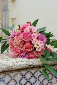 Déco Florale De Mariage Et Bouquet De Mariée En Couleur Rose Et Pourpre.