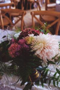 Déco Florale De Mariage à L'ambiance Et Thème Bohème Champêtre Et Bouquet De Fleurs En Dahlia, Rose Et Hortensia.