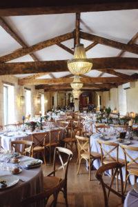 Salle De Réception En Table Ovale Et Chaise En Bois Sur Un Style Décoratif Chic.