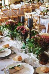 Déco Florale De Salle De Réception De Mariage En Bouquets De Fleurs Bohème Et Romantique D'automne.