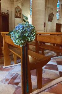 Hortensia En Bout De Banc De Déco Florale De Mariage à L'église.