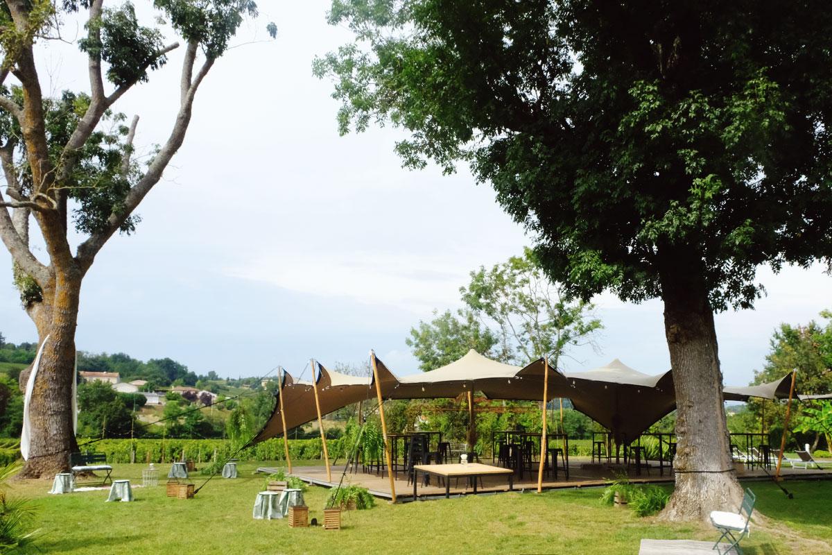 Jardin et déco florale de mariage à l'ambiance champêtre et simple.