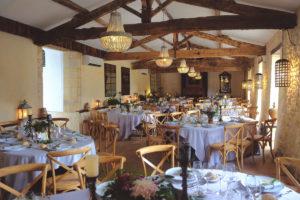 Salle De Réception En Style De Grange Pour Mariage Bohème à La Déco Champêtre Sur Le Sud Ouest De La France.